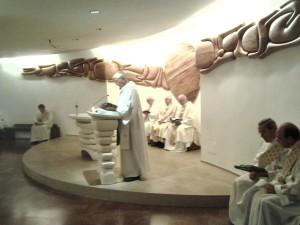 d. Vittorio Peri anima e dirige una concelebrazione nella cripta della Porziuncola