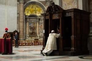 Papa Francesco dà l'esempio a tutti i cristiani