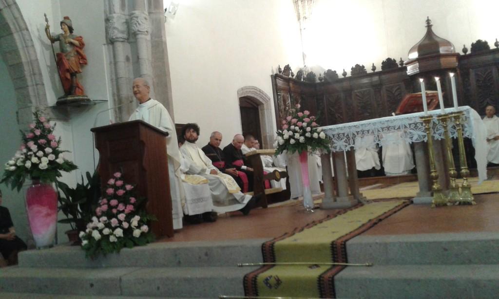 Don Albino tiene la sua omelia durante la celebrazione dei suoi 50 anni di prete.
