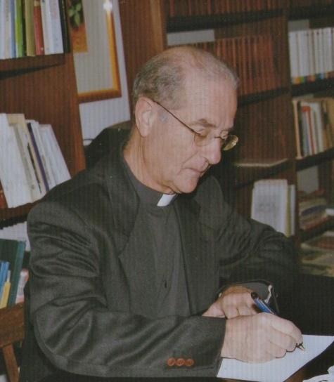 Don Albino Sanna nel suo studio