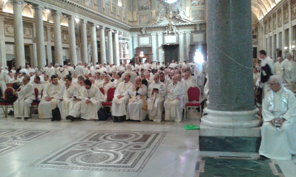 I sacerdoti presenti a S. Maria Maggiore si preparano per la concelebrazione Eucaristica