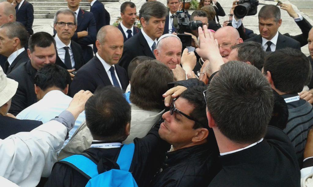 Papa Francesco in mezzo ai preti