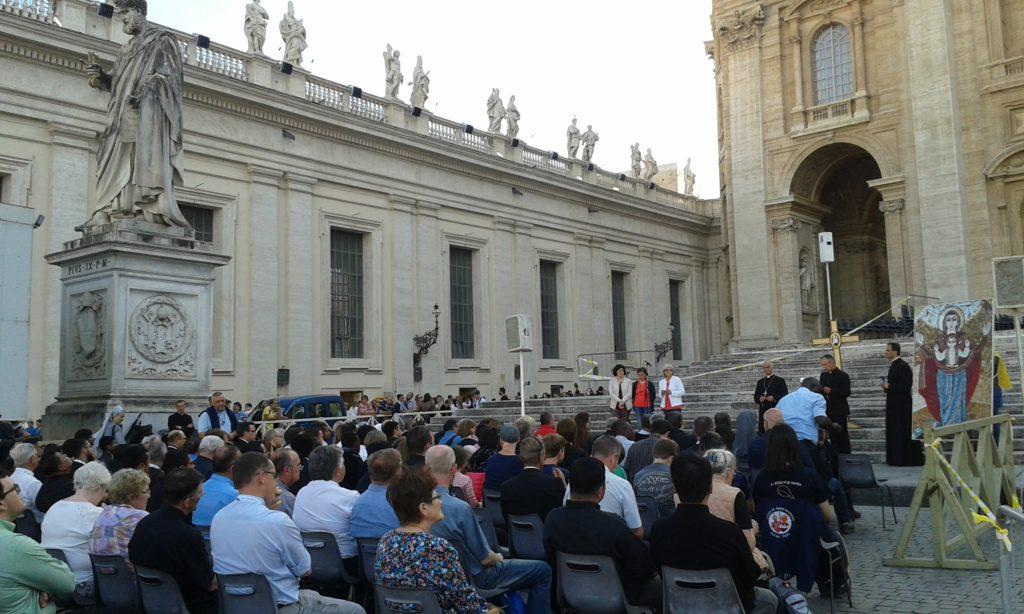 S. E. Mons. Fisichella presiede la recita del Rosario