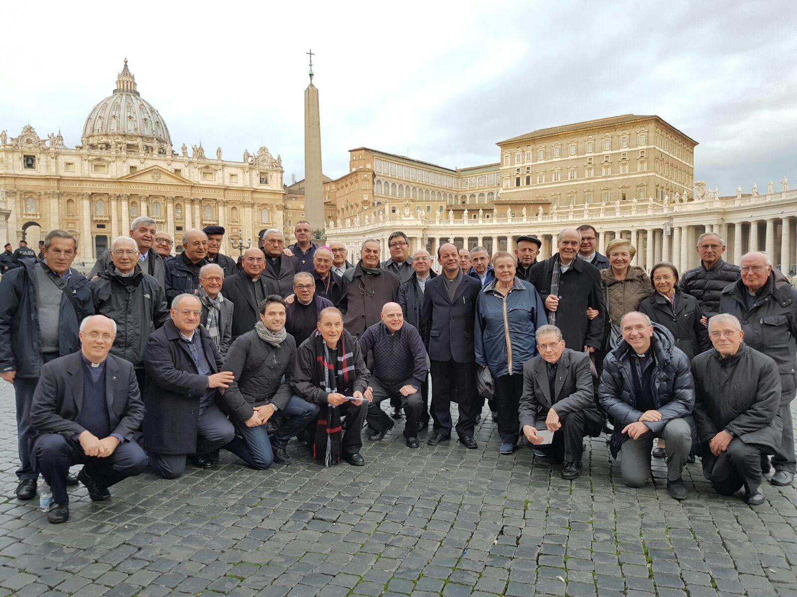 Gruppo dei partecipanti all'Assemblea Generale UAC in pazza San Pietro in attesa dell'Udienza di Papa Francesco