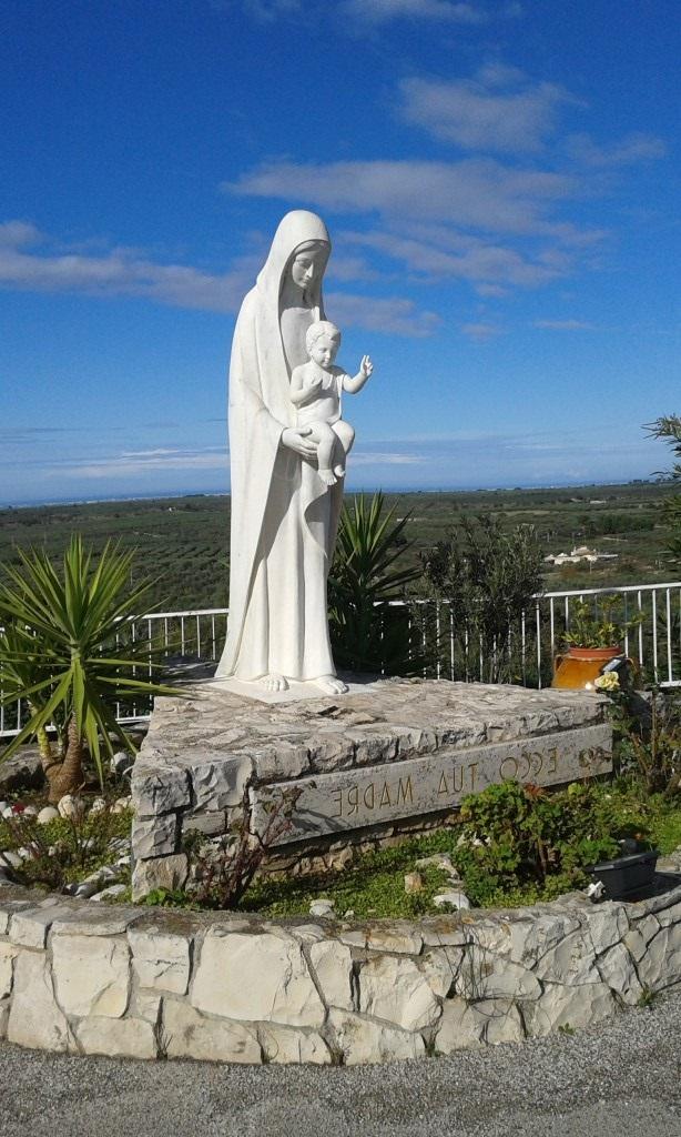 La Vergine Madre nel cortile dell'Oasi Santa Maria a Cassano delle Murge - BA