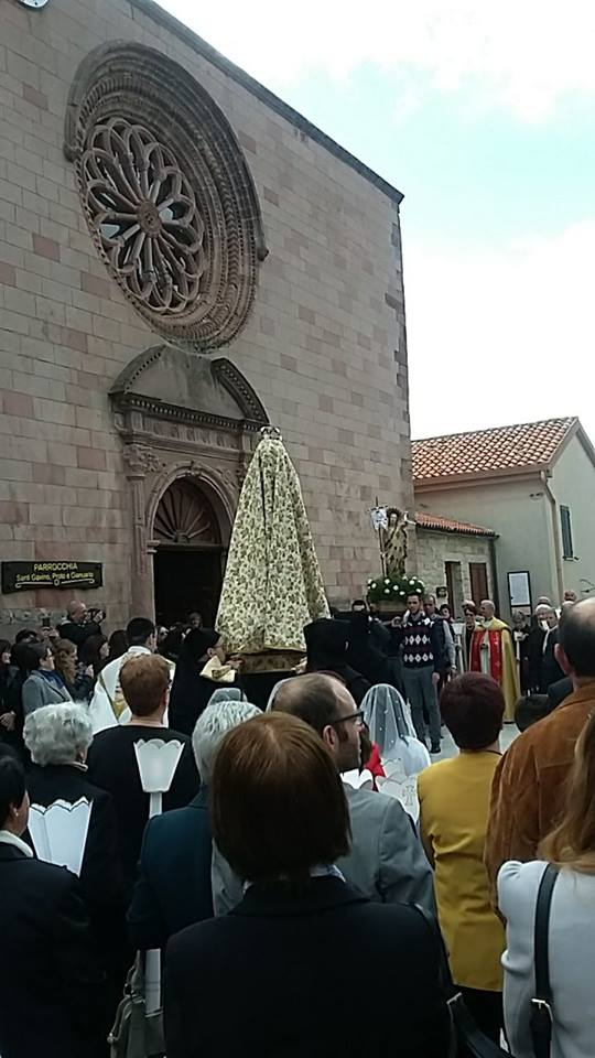 """""""S'Incontru"""" della Vergine Maria col Cristo Risorto nella piazza di San Gavino Martire a Gavoi NU il giorno di Pasqua 2017."""